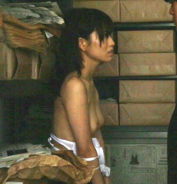 綺麗な女優たちが映画で見せた、美乳の乳首