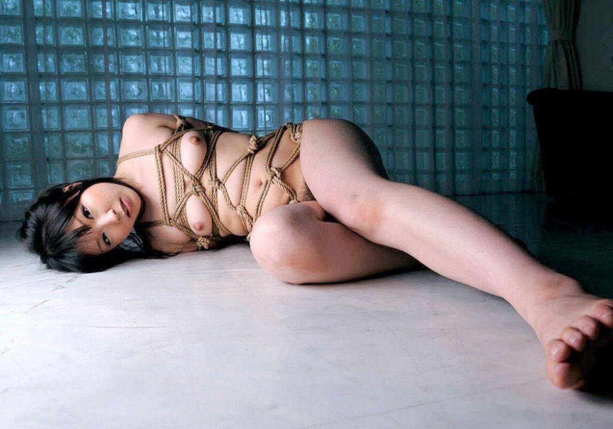 裸体を縄で縛り上げるというSMプレイ (8)