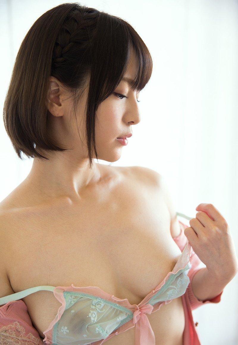 ブラジャーを脱いで美乳を見せる女の子 (18)