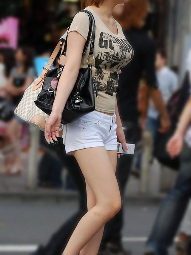 デカい乳房が目立つ素人さん (4)