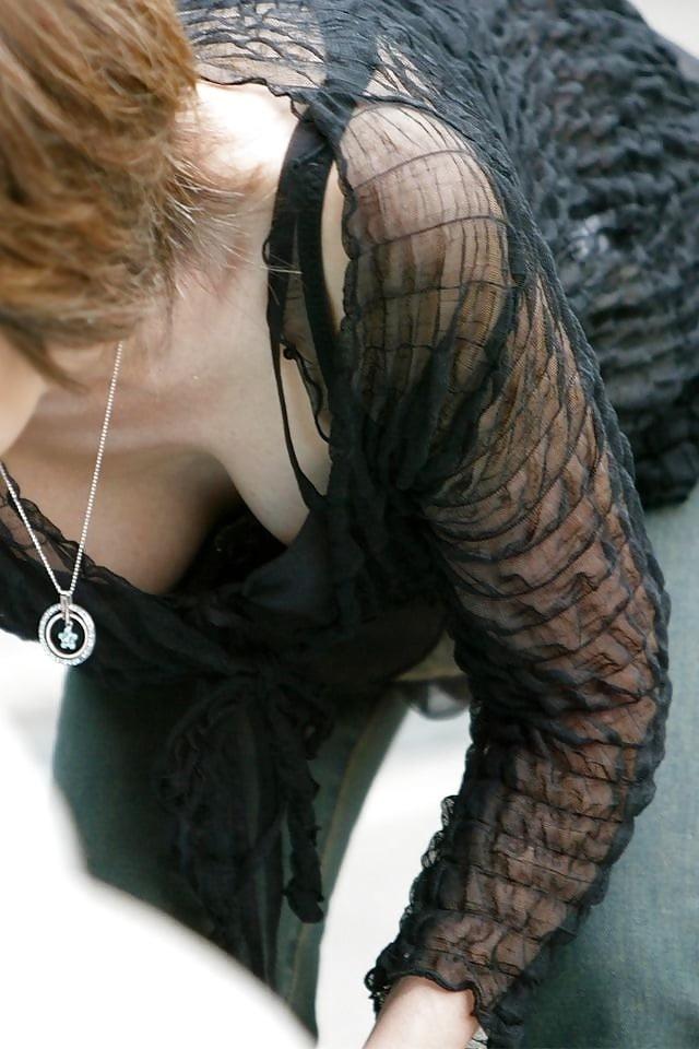 おっぱいの谷間や乳首が見えている女の子 (7)