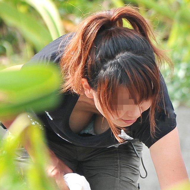 おっぱいの谷間や乳首が見えている女の子 (1)