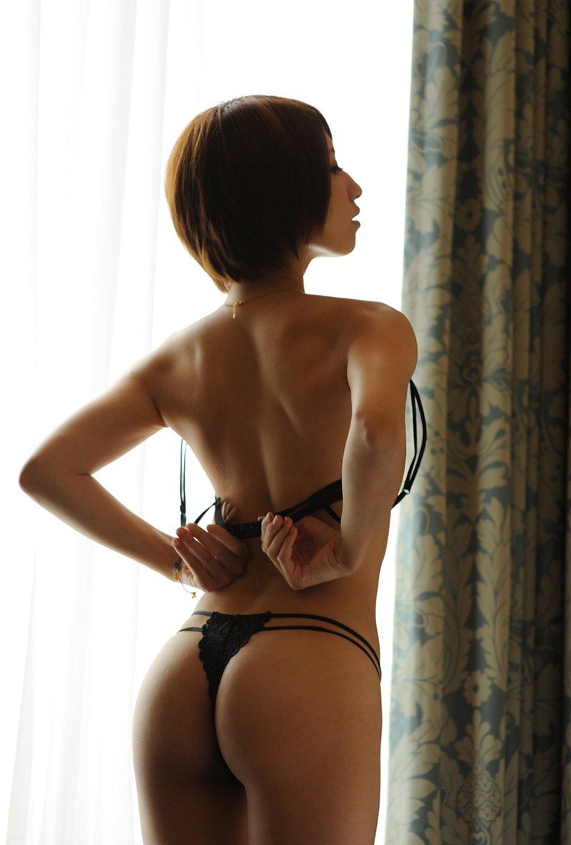 背中と腰と尻のバランスが見事な後ろ姿 (14)