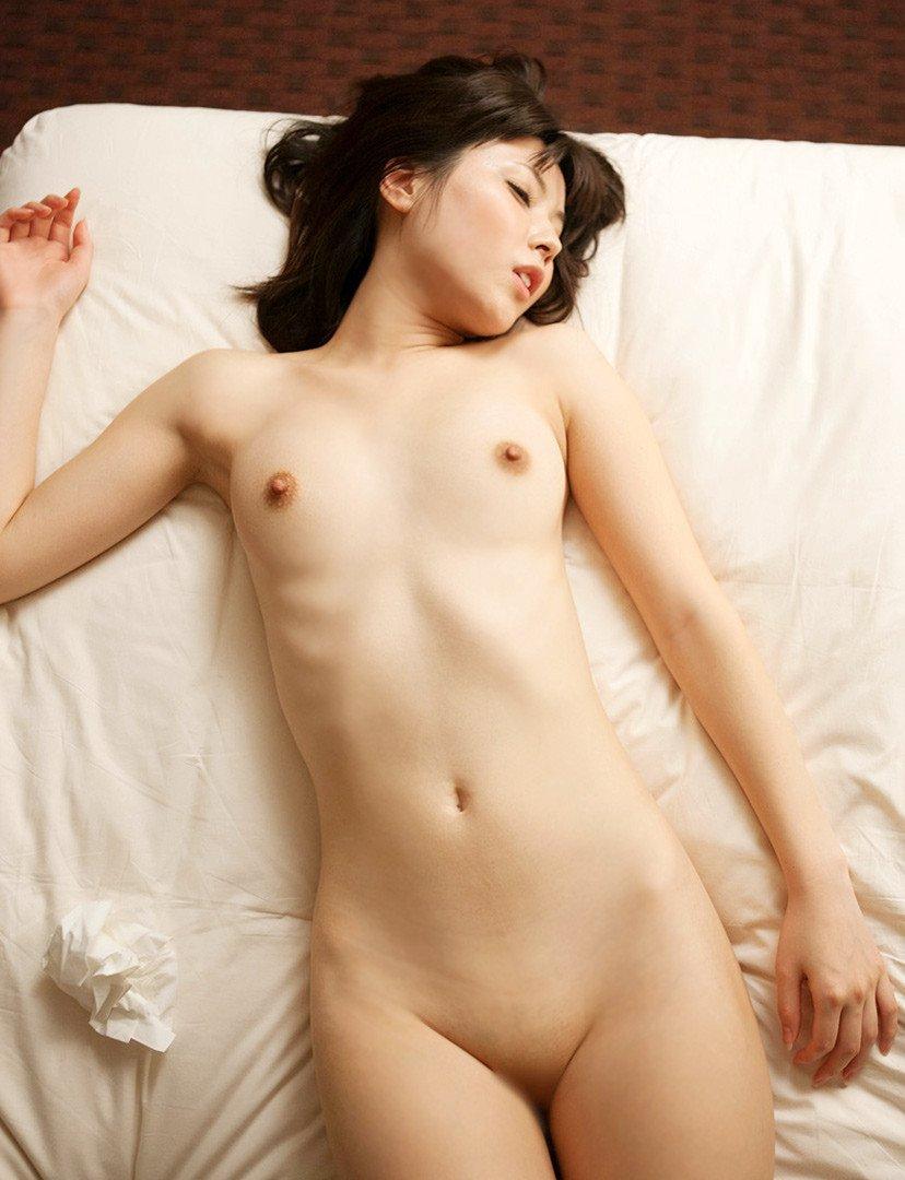 白いシーツに似合う全裸の美人 (19)