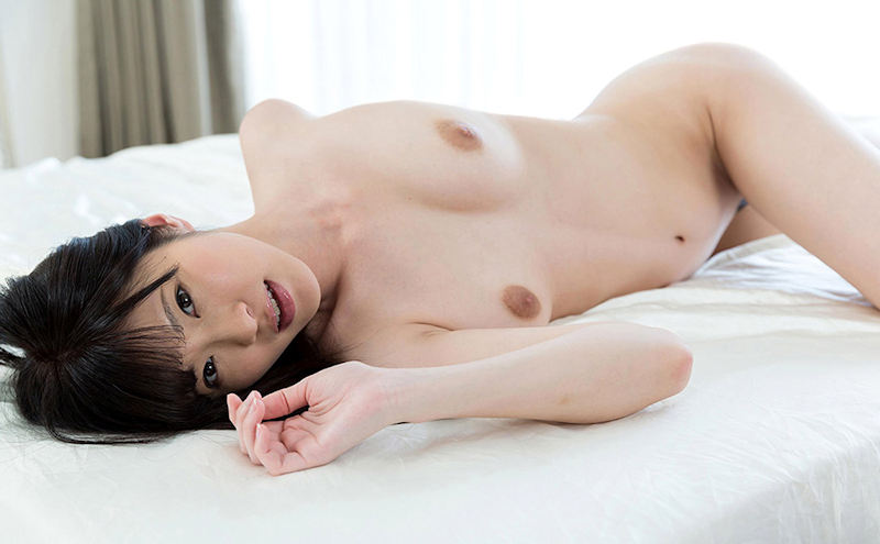 白いシーツに似合う全裸の美人 (7)