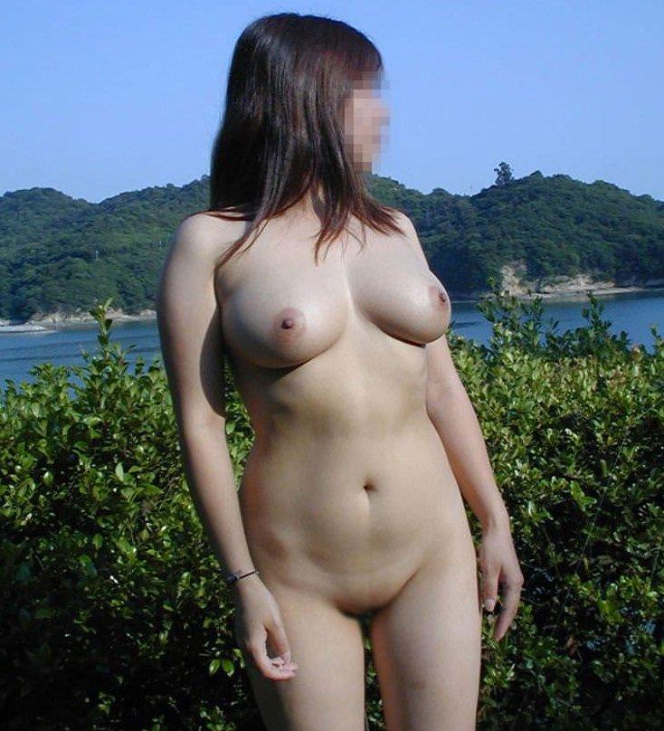 野外露出で素っ裸になる女の子 (1)