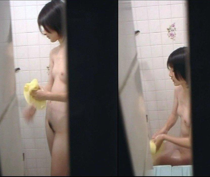 民家の風呂場で入浴中の素人さん (2)