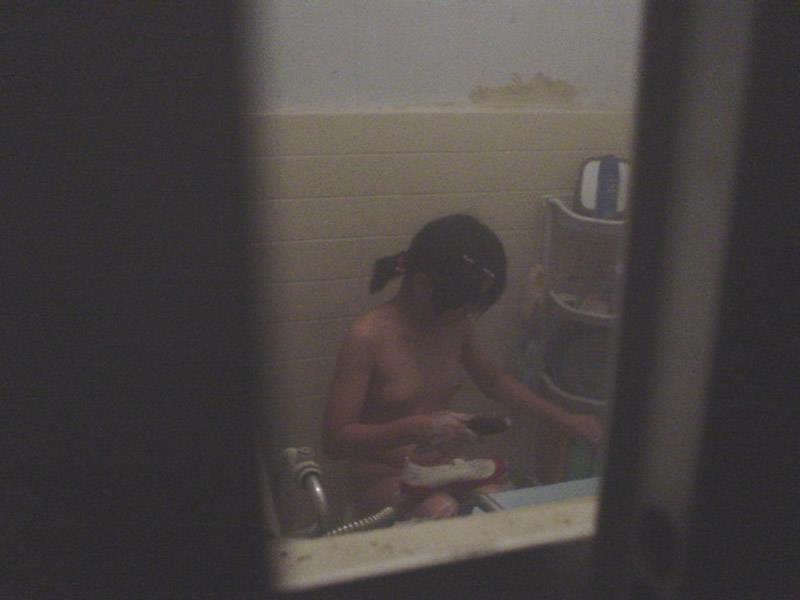 民家の風呂場で入浴中の素人さん (9)