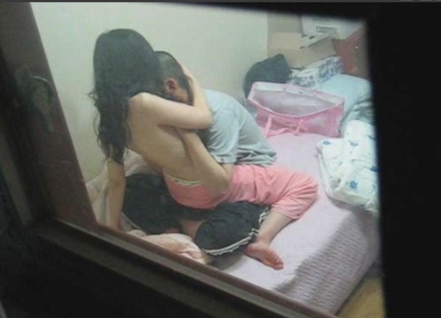 民家の窓からSEX中の男女が見えた (17)