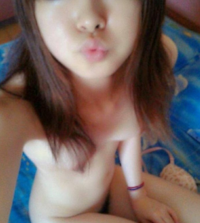 裸の自撮り画像をネットで公開しちゃう女の子 (1)