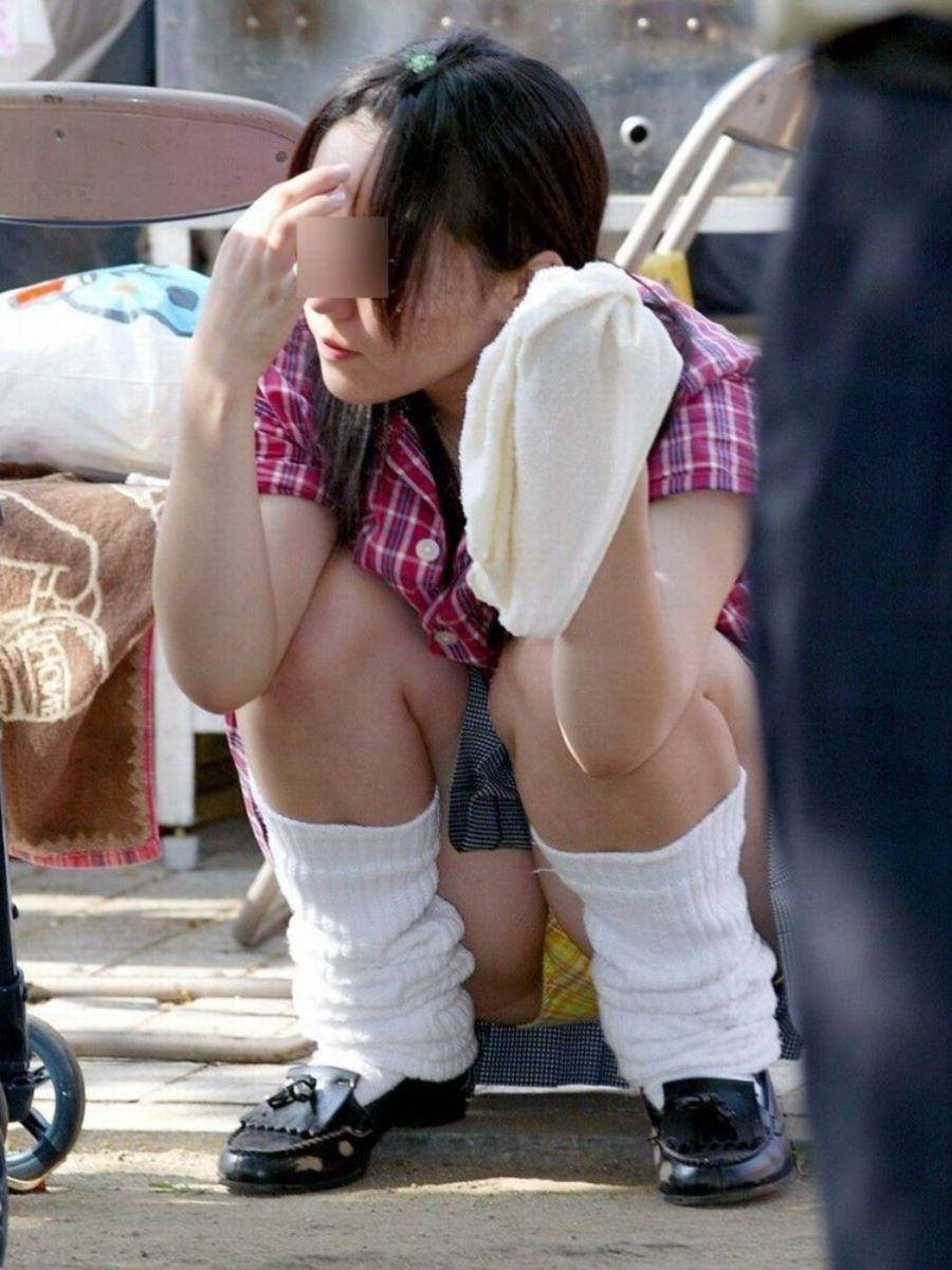 座ったらパンチラしちゃう女の子 (3)