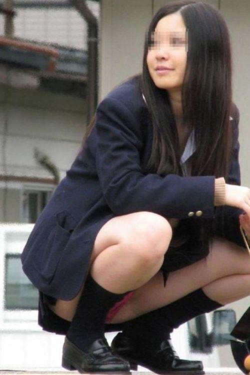 座ったらパンチラしちゃう女の子 (20)