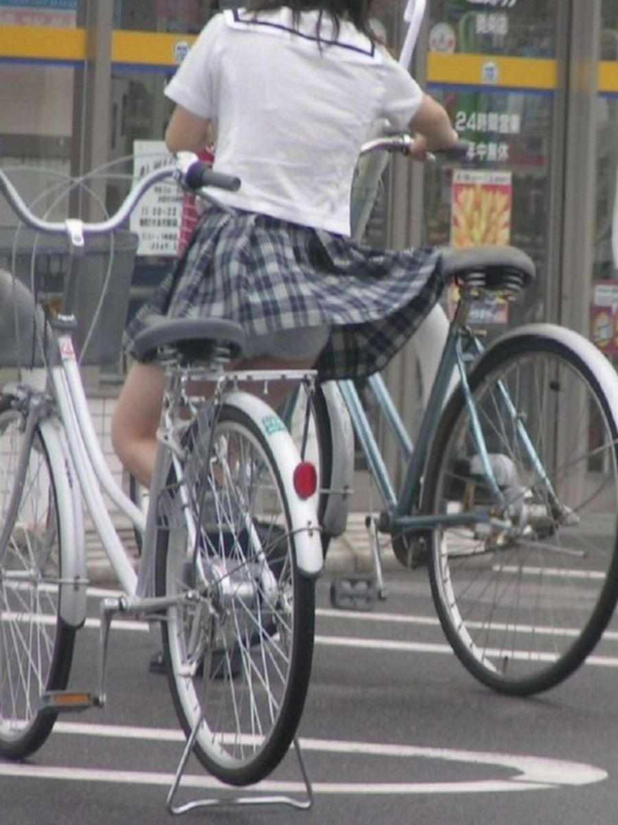 自転車からパンチラしてる女の子 (3)