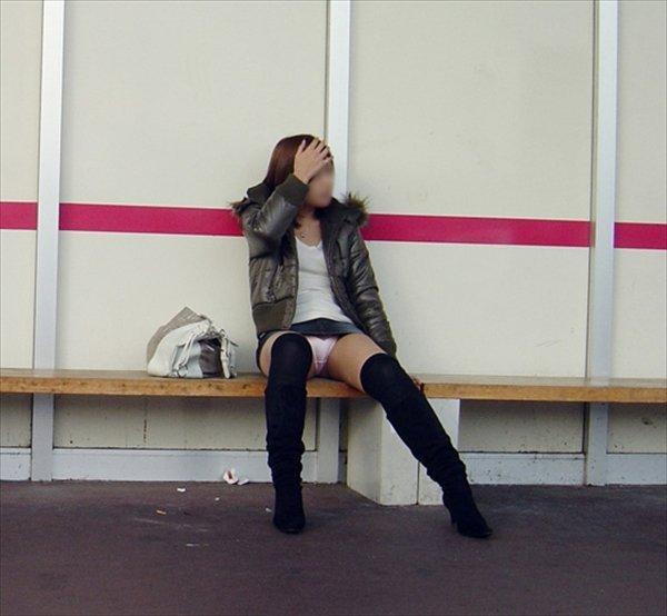 ミニスカ姿で座り、パンツ丸見えの素人さん (12)