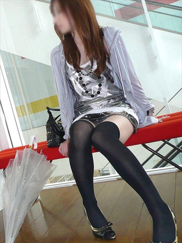 ミニスカ姿で座り、パンツ丸見えの素人さん (13)