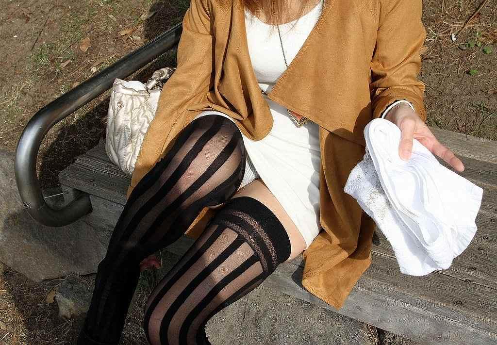 ミニスカ姿で座り、パンツ丸見えの素人さん (15)