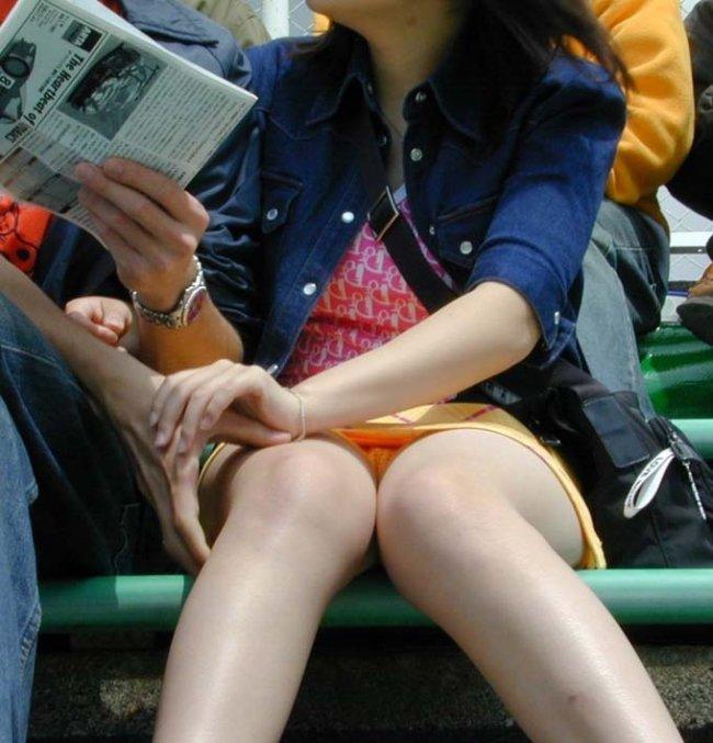 ミニスカ姿で座り、パンツ丸見えの素人さん (3)