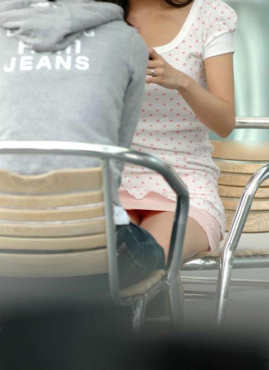 ミニスカ姿で座り、パンツ丸見えの素人さん (7)