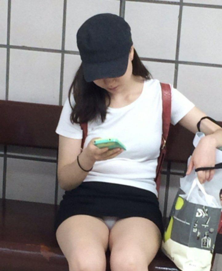 ミニスカ姿で座り、パンツ丸見えの素人さん (19)