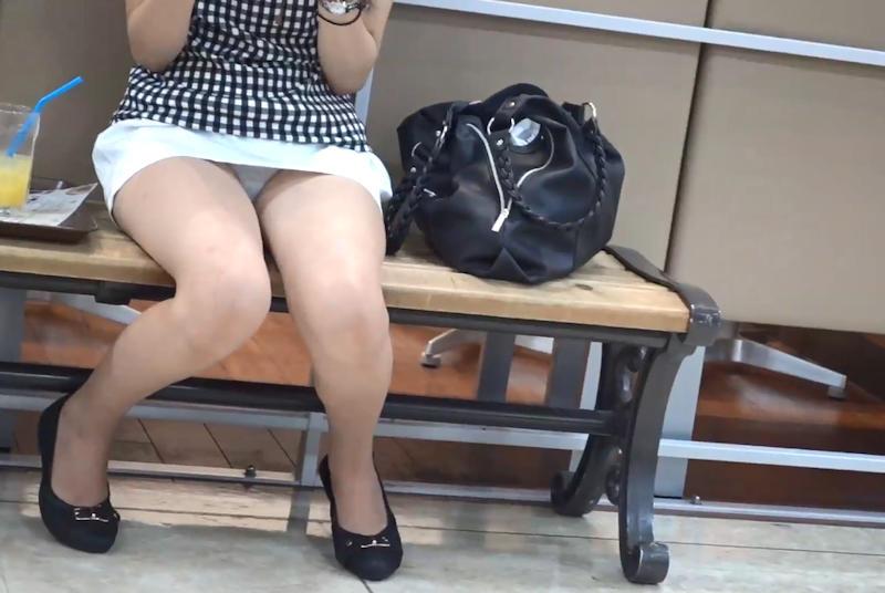 ミニスカ姿で座り、パンツ丸見えの素人さん (10)