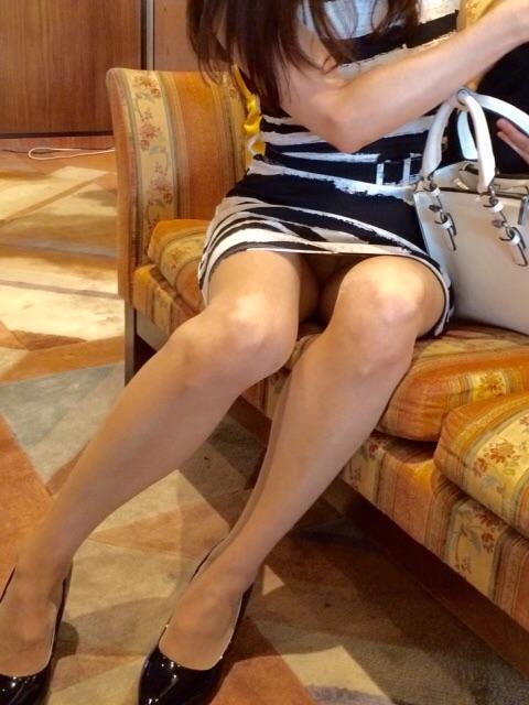 ミニスカ姿で座り、パンツ丸見えの素人さん (4)