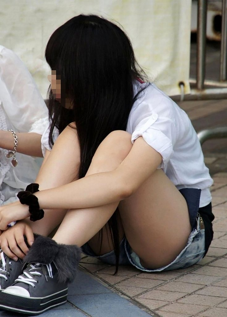 ショートパンツの裾から見えるパンツ (2)