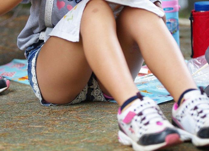 ショートパンツの裾から見えるパンツ (6)