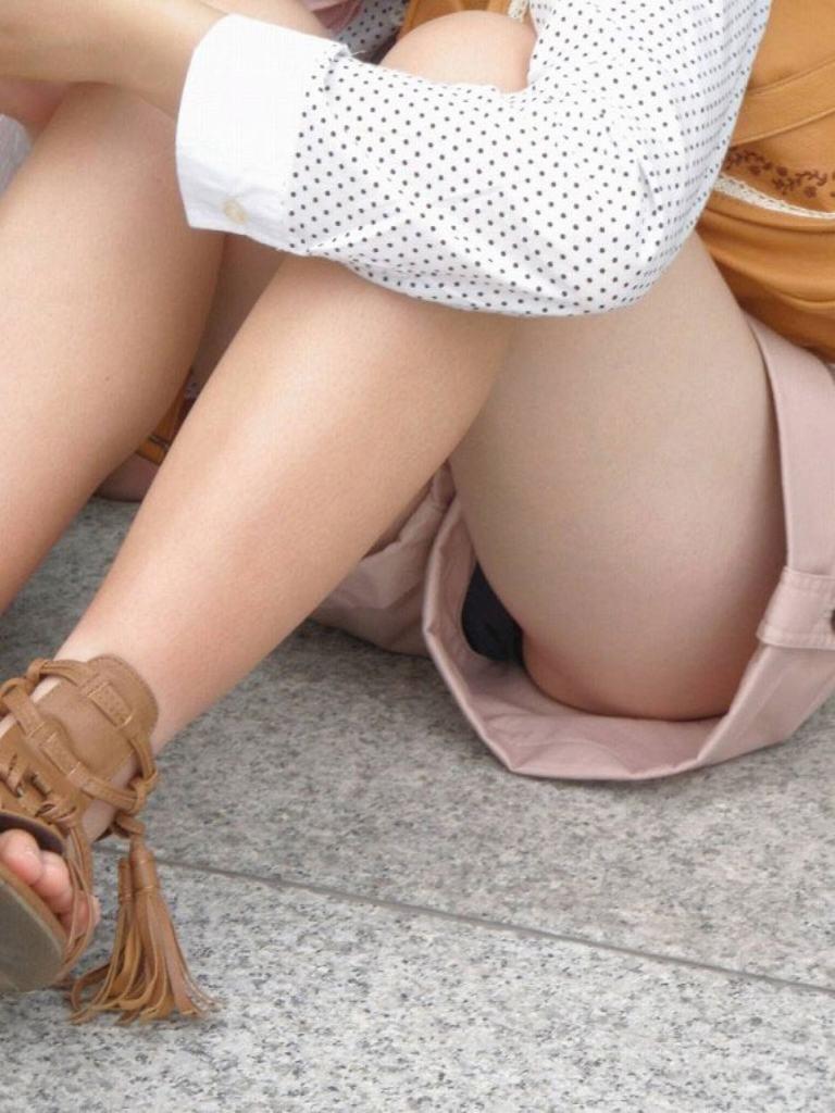 ショートパンツの裾から見えるパンツ (10)