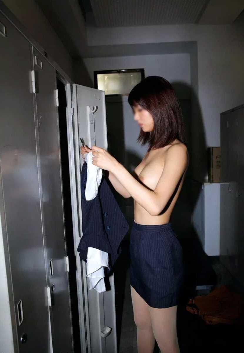 ロッカールームで脱衣している素人女性 (14)