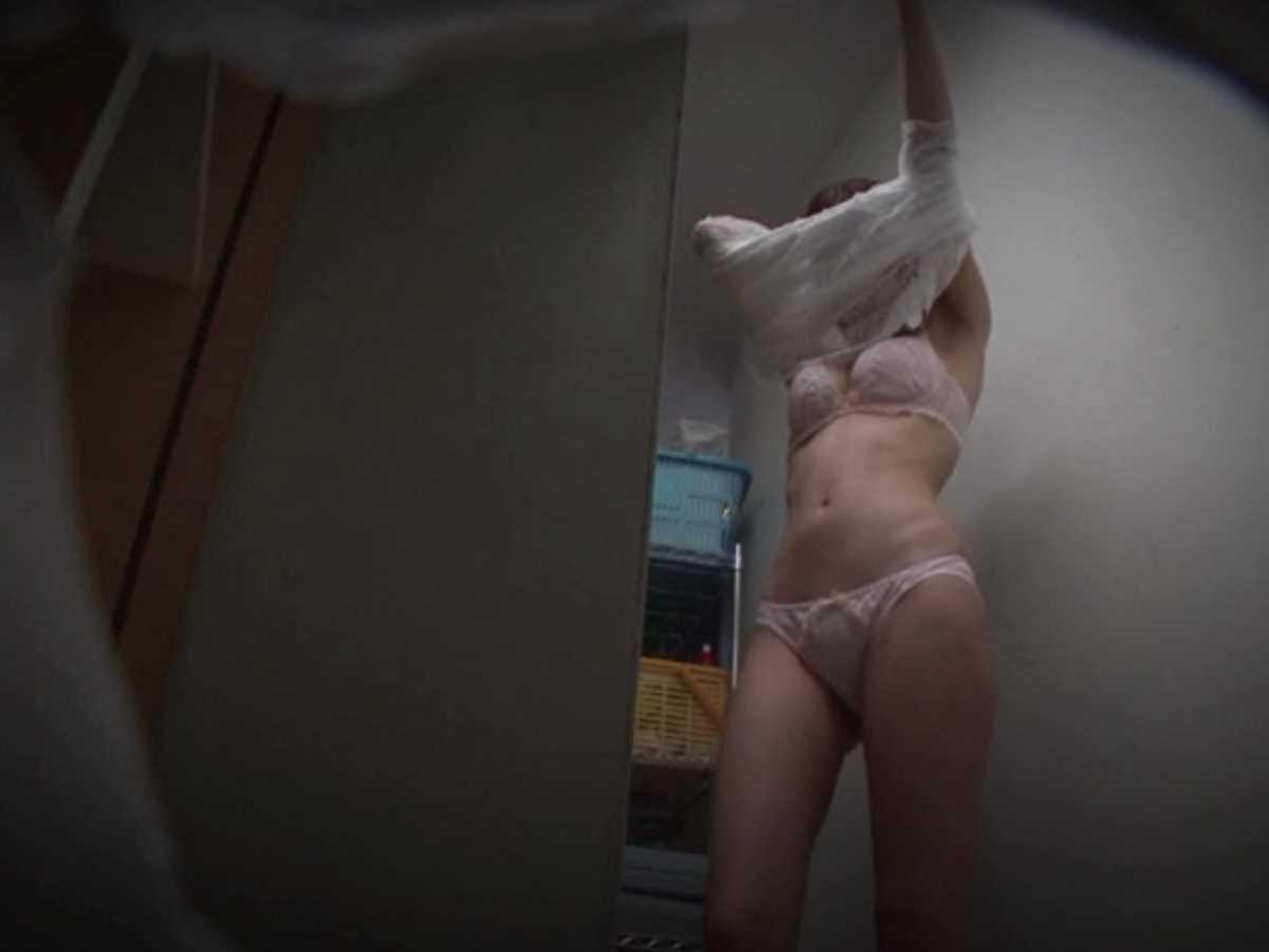 ロッカールームで脱衣している素人女性 (4)