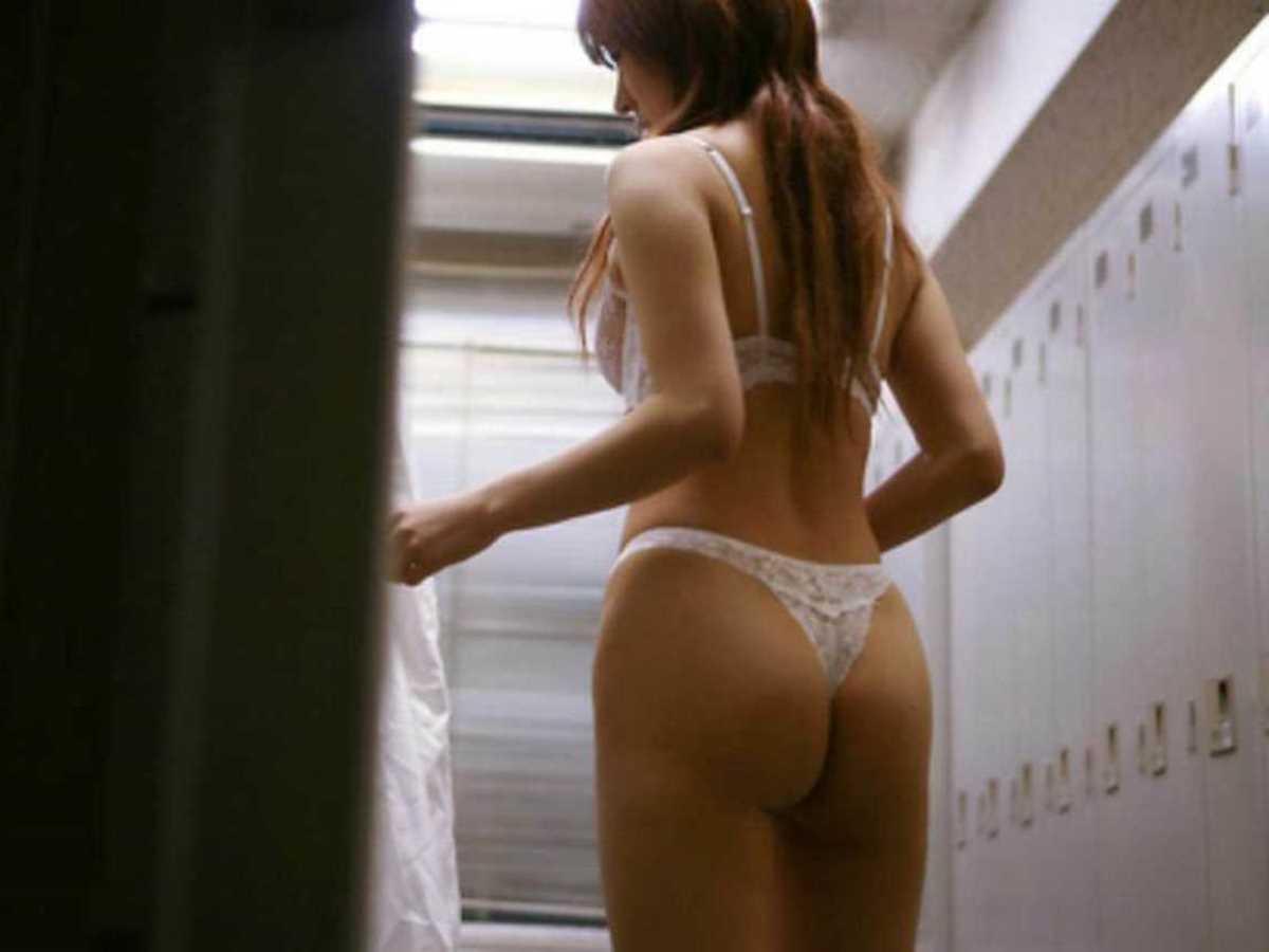 ロッカールームで脱衣している素人女性 (7)