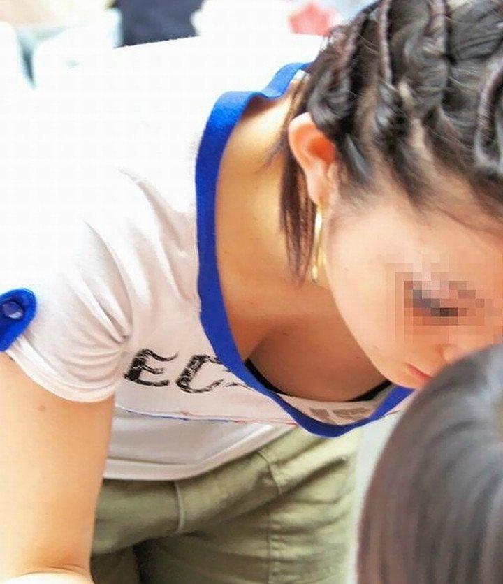 乳房や乳首が見えている素人さん (4)