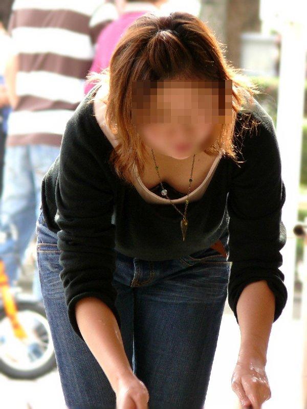 おっぱいが服の隙間から見えている素人さん (7)