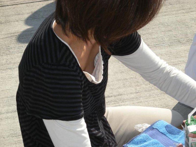 おっぱいが服の隙間から見えている素人さん (10)