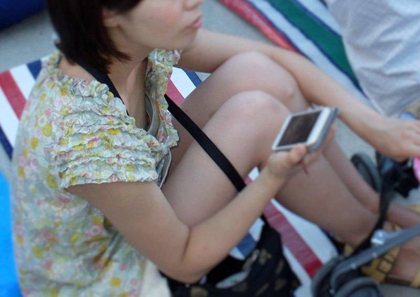 おっぱいが服の隙間から見えている素人さん (14)