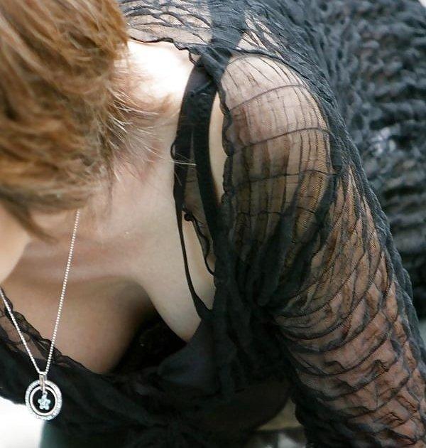 胸元から見える谷間が気になっちゃう、胸チラ素人女性たち