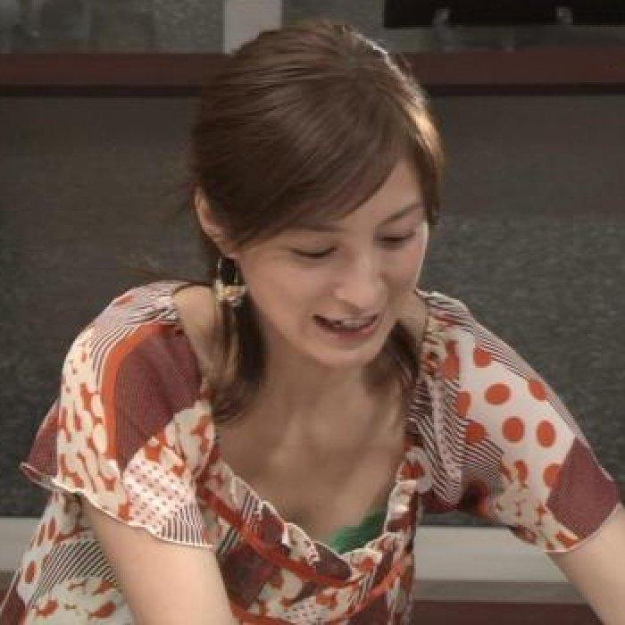 綺麗な芸能人たちがチラ見せしちゃった胸チラ (1)