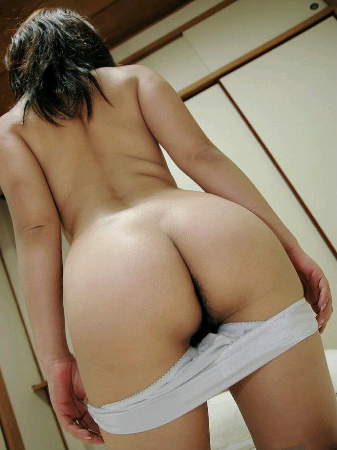 脱衣してお尻を出しちゃう女の子 (3)