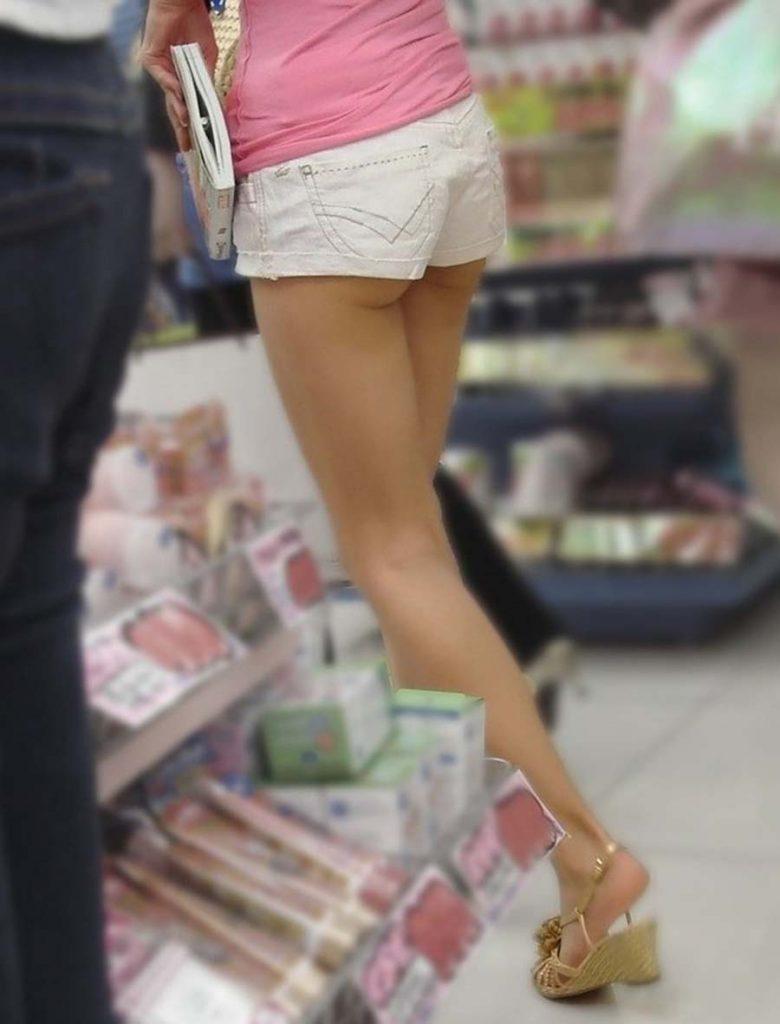お尻がハミ出しちゃったホットパンツ姿の女の子 (3)