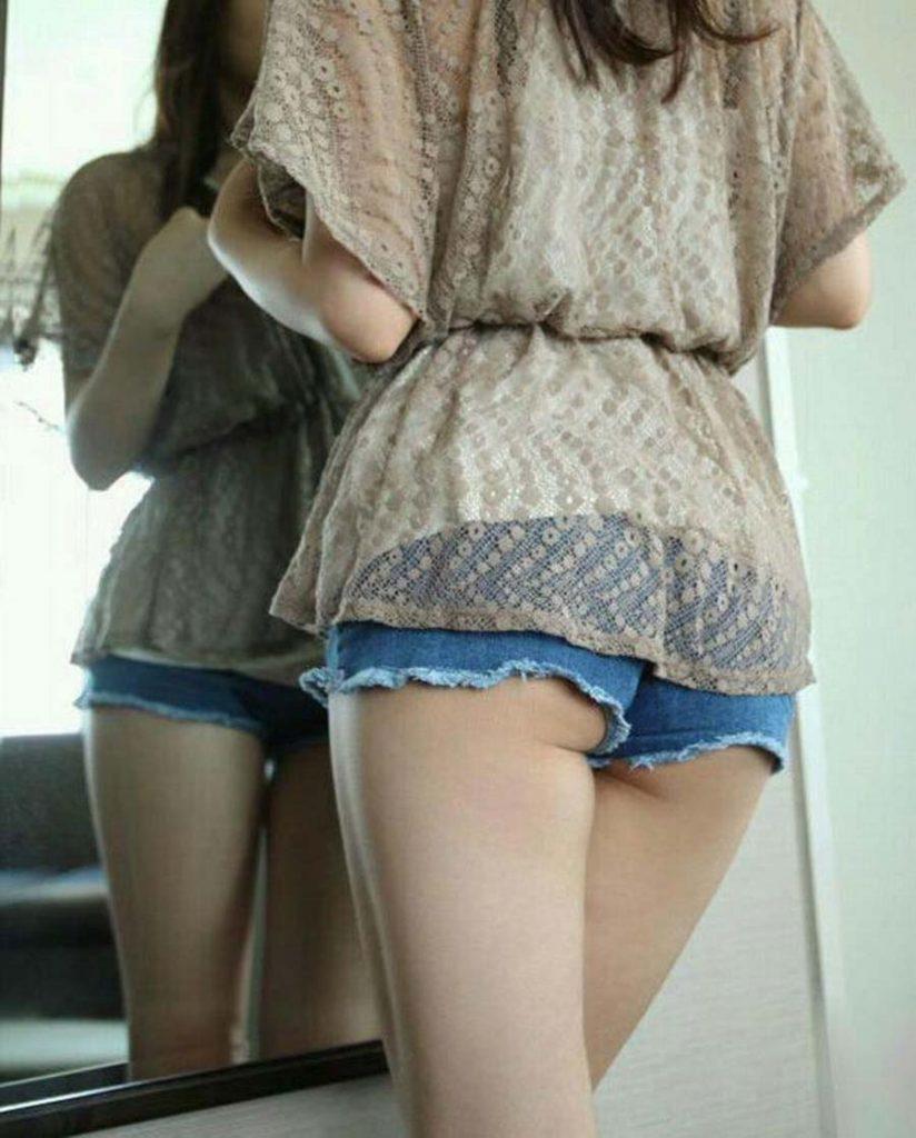 お尻がハミ出しちゃったホットパンツ姿の女の子 (16)