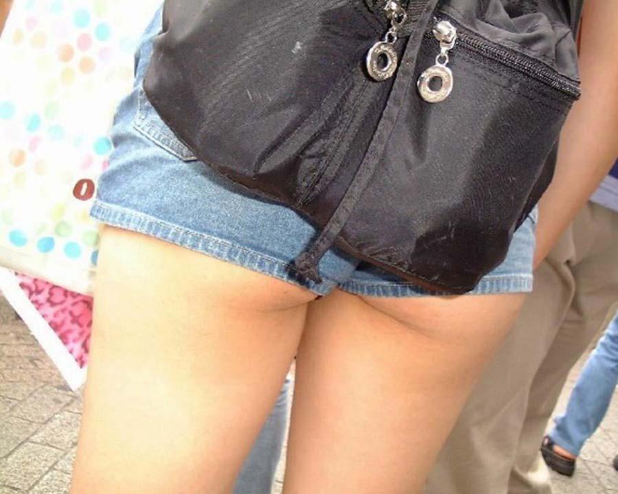 お尻がハミ出しちゃったホットパンツ姿の女の子 (4)