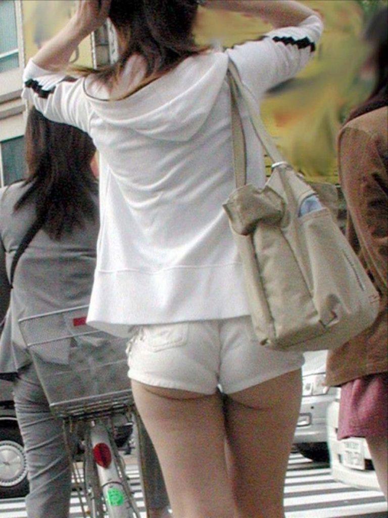 お尻がハミ出しちゃったホットパンツ姿の女の子 (17)