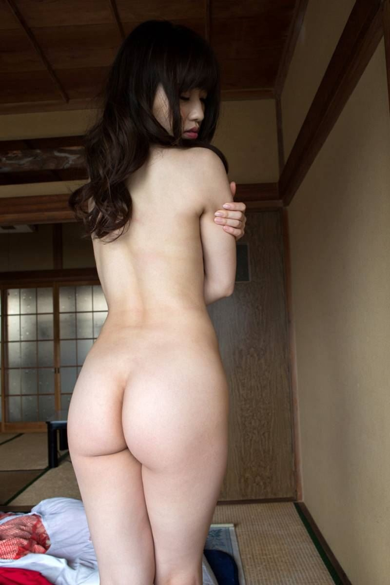 全裸になって美尻を見せつける女の子 (4)
