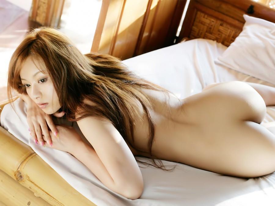全裸になって美尻を見せつける女の子 (11)