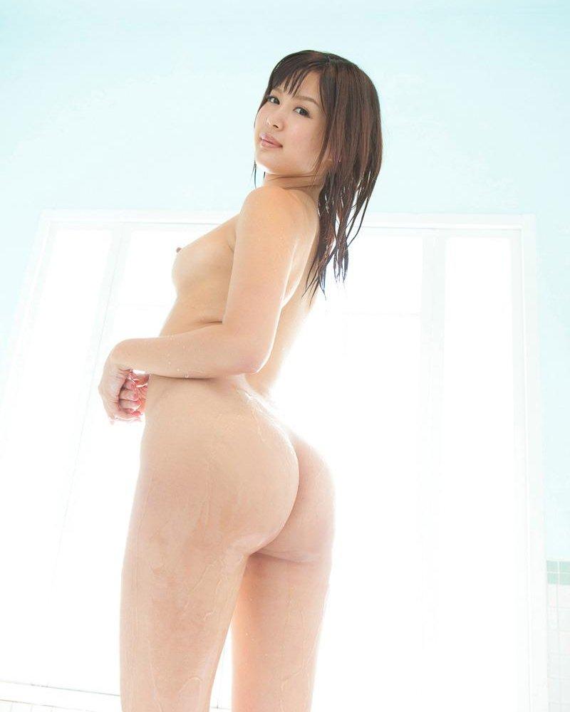 全裸になって美尻を見せつける女の子 (12)