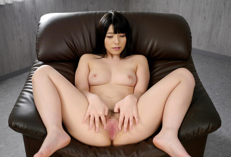 M字開脚で股間を見せる女の子 (7)