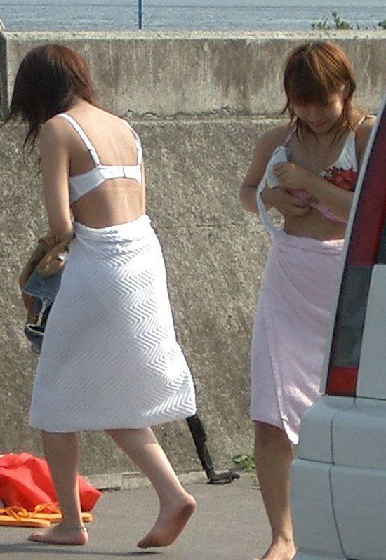 草むらに隠れて水着に着替える女の子 (8)
