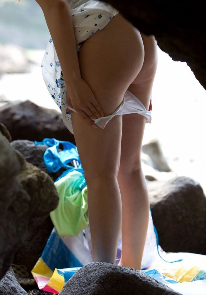 草むらに隠れて水着に着替える女の子 (9)