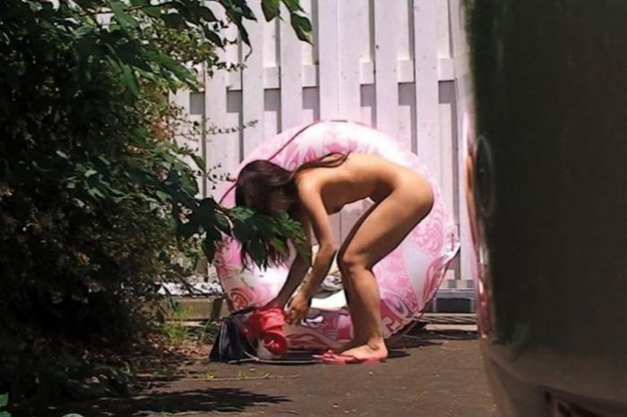 草むらに隠れて水着に着替える女の子 (12)