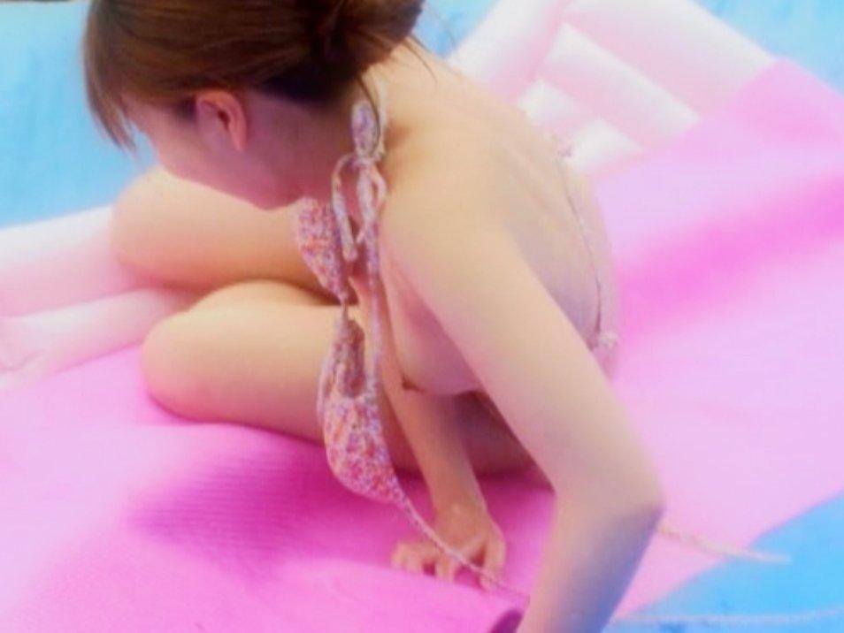 プールやビーチで乳首がポロリ (17)